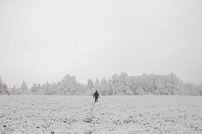 Wanderer im Schnee - p1626m2195496 von Arne Eichhof