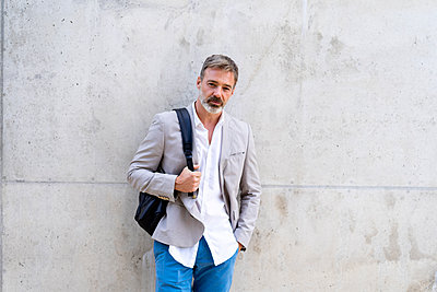 Portrait of casual businessman with backpack - p300m2012272 von VITTA GALLERY