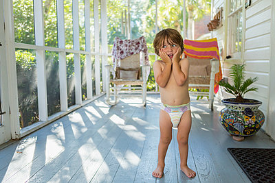Caucasian boy on the porch wearing a diaper - p555m1522941 by Marc Romanelli