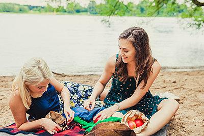 Picknick am Fluss - p904m932269 von Stefanie Päffgen