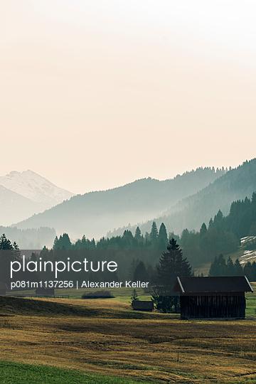 Voralpenland am Morgen - p081m1137256 von Alexander Keller