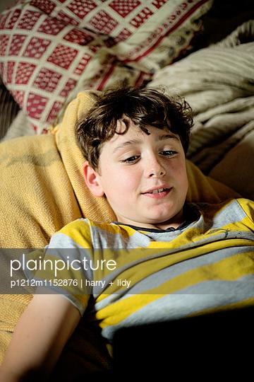 Junge spielt auf dem Tablet - p1212m1152876 von harry + lidy