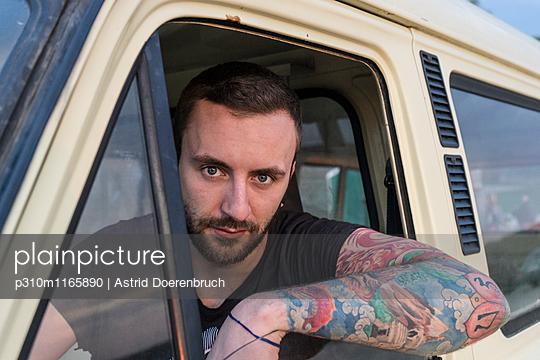 Junger Mann - p310m1165890 von Astrid Doerenbruch