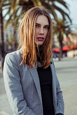Portrait of fashionable young woman - p300m2024234 von Mauro Grigollo