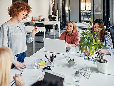 Businesswomen having a meeting in office - p300m2144981 by Zeljko Dangubic