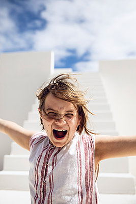 Girl with windswept hair, screaming out loud - p300m2155579 by Maya Claussen