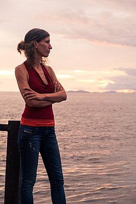 Frau am Meer - p842m1558884 von Renée Del Missier