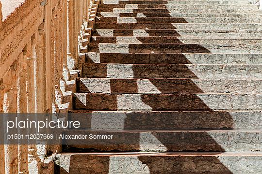 Historische Treppe in Piazza delle Erbe Square, Verona - p1501m2037669 von Alexander Sommer