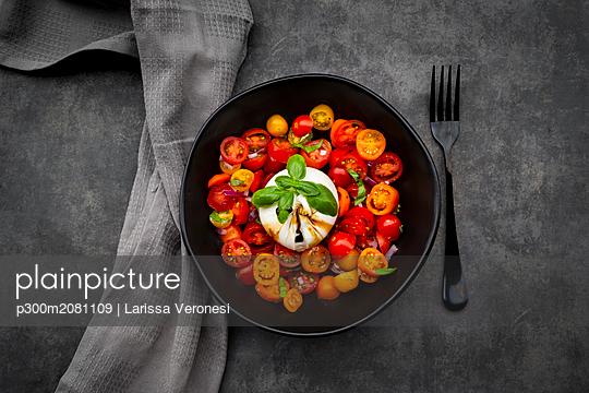 Bowl of tomato salad with burrata - p300m2081109 by Larissa Veronesi