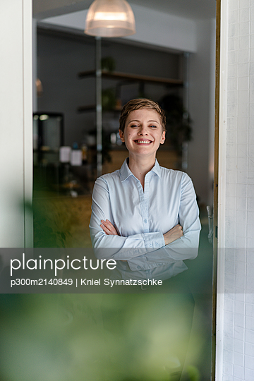Portrait of a happy woman in a cafe - p300m2140849 by Kniel Synnatzschke