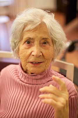 Portrait of age demented senior woman in a nursing home - p300m2219185 by Heinz Linke