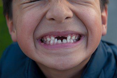 Junge mit Zahnlücke - p896m959385 von Sabine Joosten