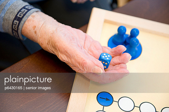 Senioren beim Brettspiel  - p6430165 von senior images