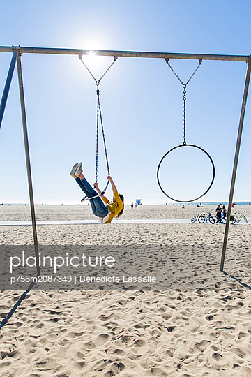 Girl on swing on the beach - p756m2087349 by Bénédicte Lassalle