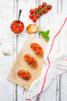 Bruschetta with tomato, basil, garlic and white breah - p300m2023429 von Larissa Veronesi