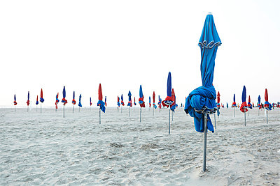 France, Normandy, Deauville, Sunshades on beach - p300m874096f by Tanja Luther