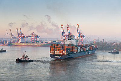 Germany, Hamburg, Container harbour seen from Elbchaussee - p300m878909 by Mel Stuart