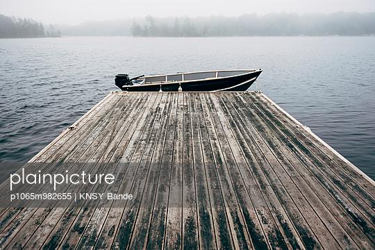 Boot an einem Steg, Chandos Lake, Kanada - p1065m982655 von KNSY Bande