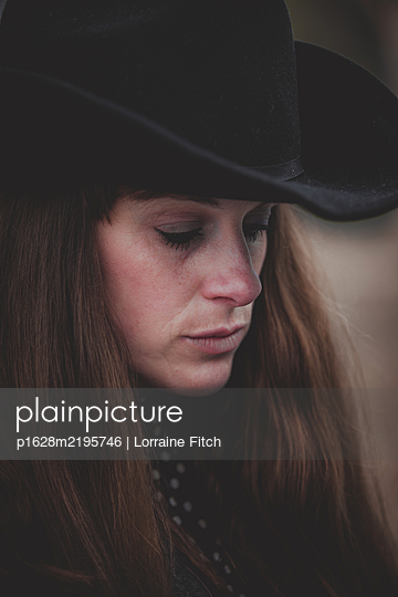 Woman in cowboy hat, brown hair - p1628m2195746 by Lorraine Fitch