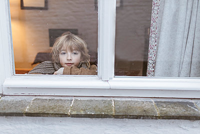 Portrait of pensive boy looking out of window - p300m2059138 by Katharina Mikhrin