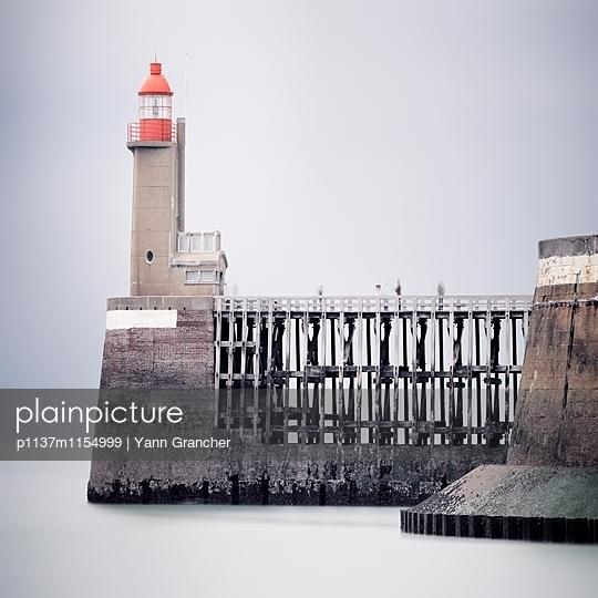 Pier und Leuchtturm  - p1137m1154999 von Yann Grancher