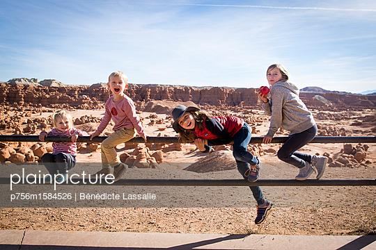 Four children on a railing - p756m1584526 by Bénédicte Lassalle