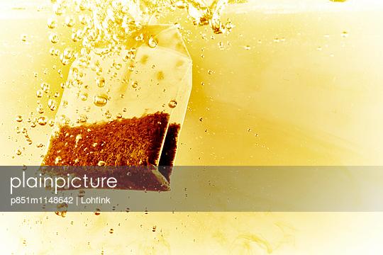 Teebeutel in kochendem Wasser - p851m1148642 von Lohfink