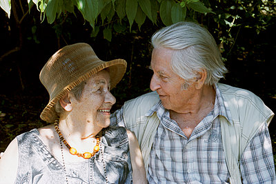 Alte Dame und Herr blicken in die Kamera - p1210m1072982 von Ono Ludwig