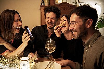 dinner with friends - p300m2282750 von Malte Jäger