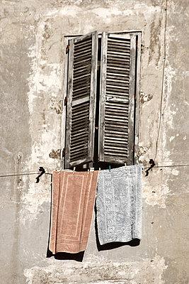 Fenster mit Waesche und Waescheleine - p9792208 von Jaeckel