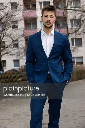 Junger Mann im Anzug, Hände in den Taschen - p226m2263547 von Sven Görlich