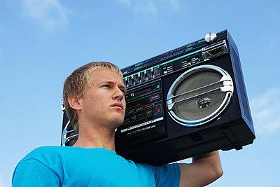 Junger Mann mit Ghettoblaster - p0452918 von Jasmin Sander