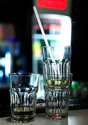Empty cocktail glasses - p1221m1131856 by Frank Lothar Lange