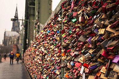 Germany, North Rine-Westphalia, Cologne, Love locks at Hohenzollern Bridge - p300m991658 by Michael Zwahlen