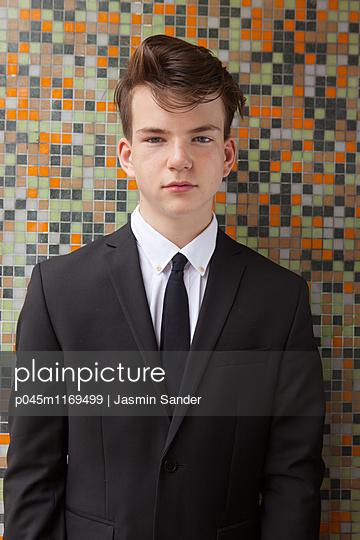 Teenager im Anzug - p045m1169499 von Jasmin Sander