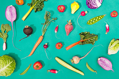 Overhead view of fresh vegetables over turquoise background - p1166m1577494 by Cavan Images