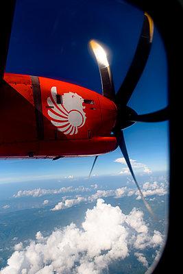 Blick auf Triebwerk der  Garuda Air - p1273m1467581 von melanka