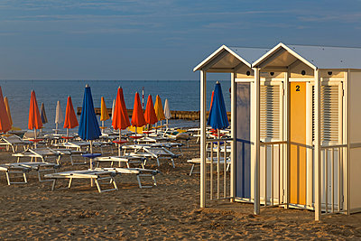 Italy, Friuli-Venezia Giulia, Province of Udine, Beach with sun loungers and changing cubicles - p300m948822 by Günter Flegar