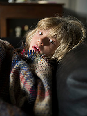 Girl wrapped in a woollen blanket - p945m1475252 by aurelia frey