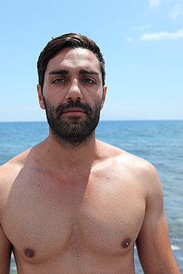 Grieche am Strand - p0452386 von Jasmin Sander