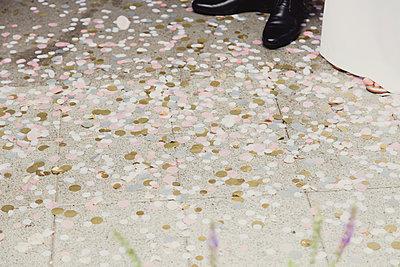 Konfetti mit Schuhen eines Brautpaares im Anschnitt - p1351m1195244 von Janine Meyer
