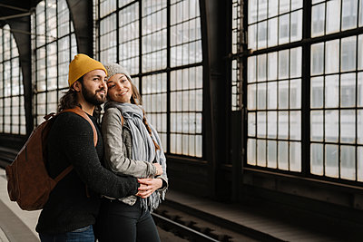 Young couple waiting at the station platform, Berlin, Germany - p300m2154529 by Hernandez and Sorokina