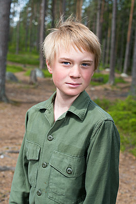 Portrait of boy looking at camera - p312m2292421 by Johan Willner