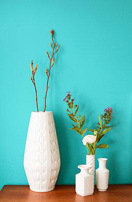 Weiße Blumenvasen - p432m901663 von mia takahara