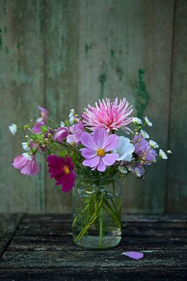 Summer flowers - p454m739725 by Lubitz + Dorner