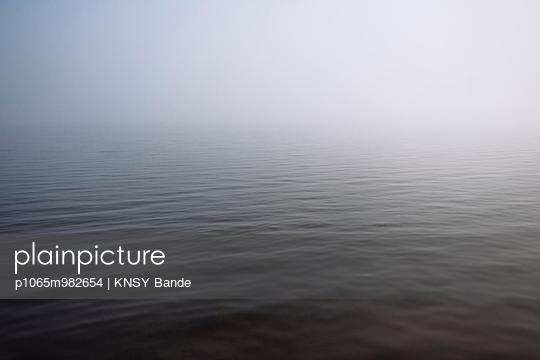 Wasseroberfläche im Nebel, Chandos Lake, Kanada - p1065m982654 von KNSY Bande