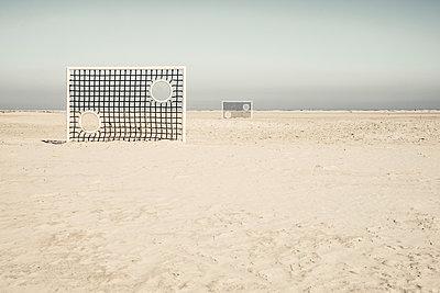 Zwei Gittertorwände am Borkumer Strand - p1162m1475404 von Ralf Wilken