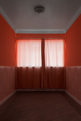 Empty room in pink colours - p1280m2263564 by Dave Wall
