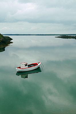 Fischerboot im Fjord - p470m1207927 von Ingrid Michel