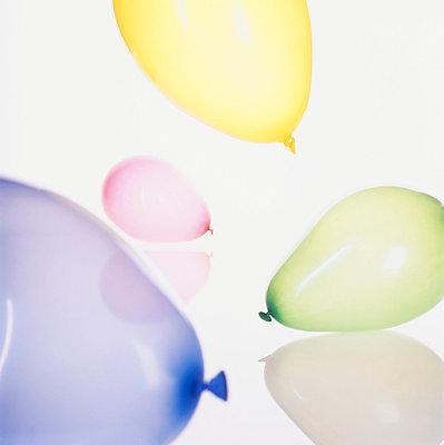 Luftballons in verschiedenen Farben, Nahaufnahme - p4900063 von Andreas Körner